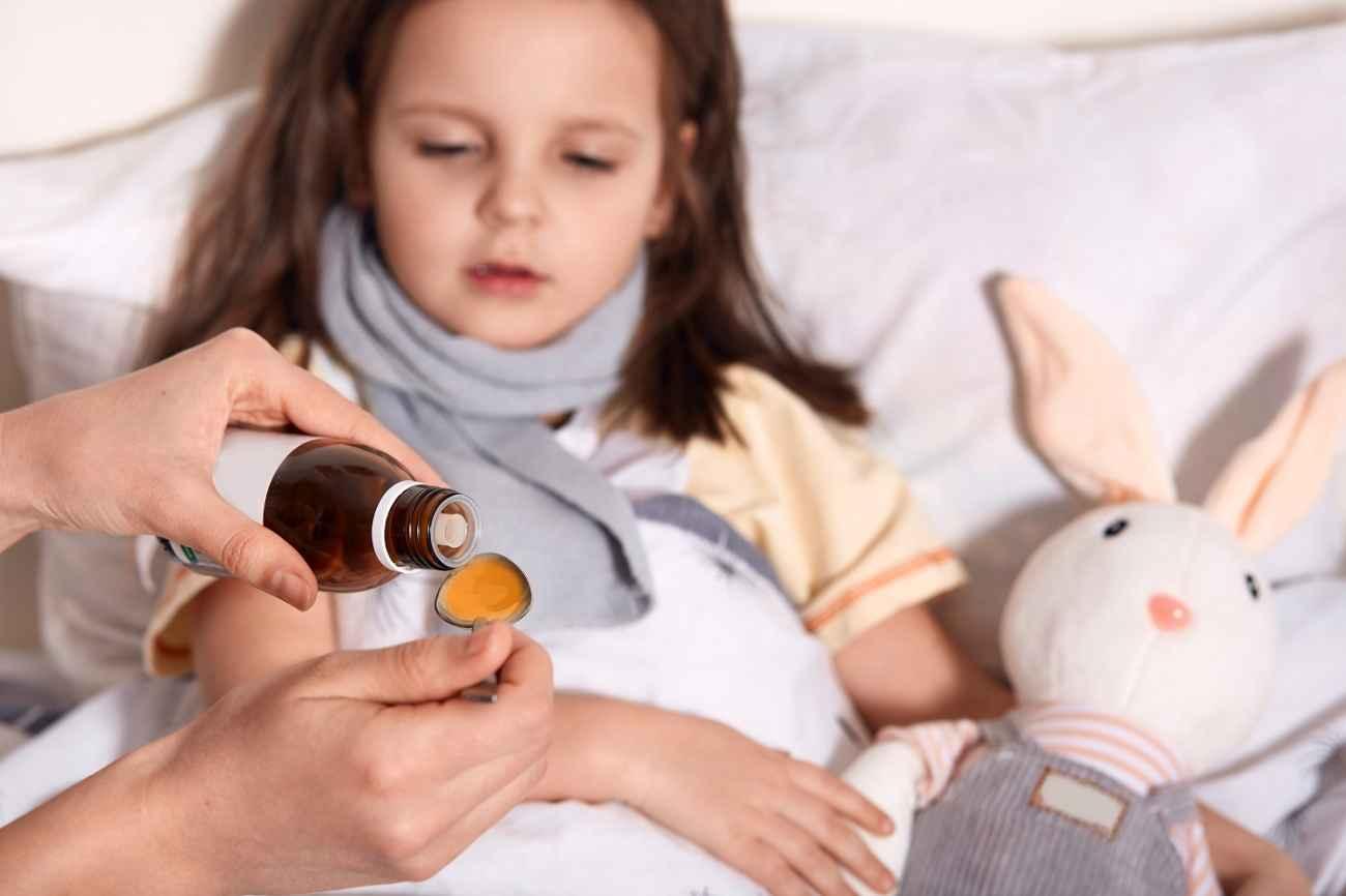 dziecko ma suchy kaszel i dostaje syrop
