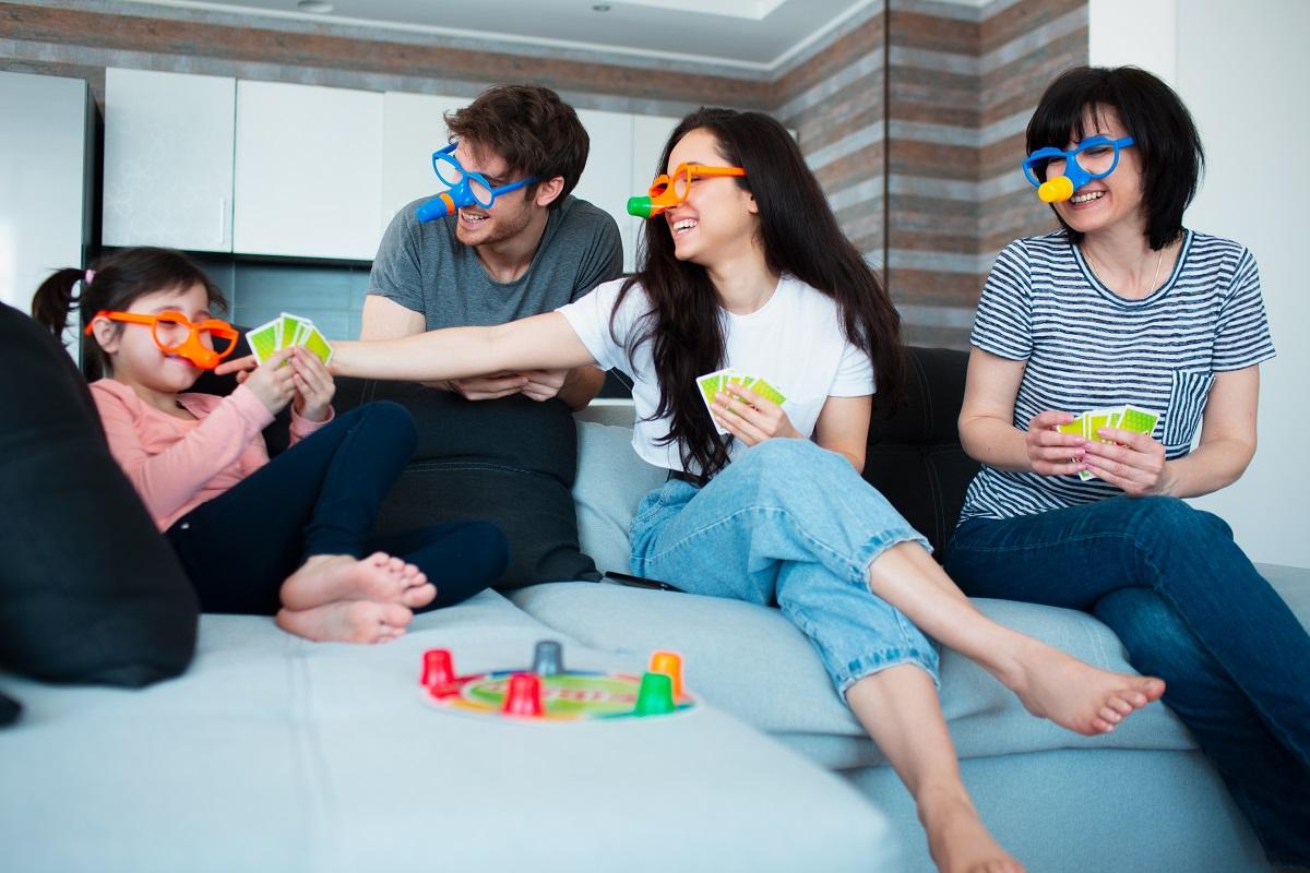 rodzina gra w grę planszową